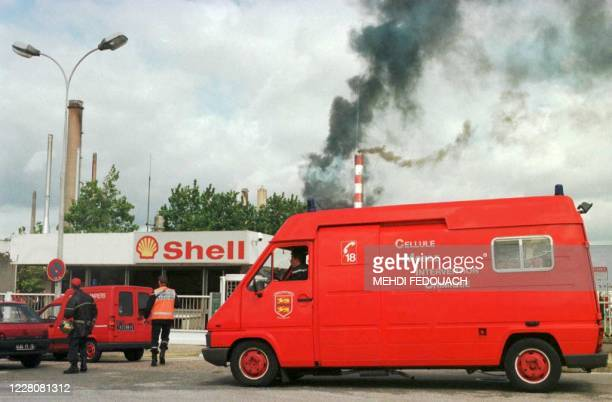 Un camion des pompiers de la Cellule Mobile Intervention Chimique stationne, le 16 septembre à Petit-Couronne, dans la proche banlieue de Rouen,...