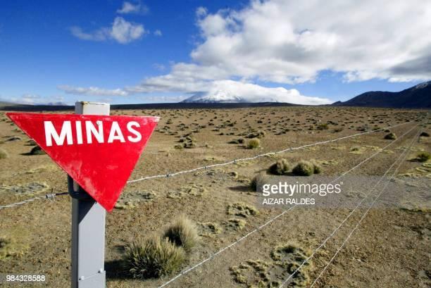 Un cartel señala una zona minada en Chungara frontera entre Bolivia y Chile el 21 de julio de 2005 El Ejército de Chile levantará 23 mil explosivos...
