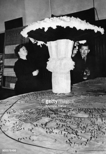 Un 'champignon' représentant une bombe atomique dressé sur une carte du pays marquée de cercles indiquant les zones dangereuses à l'exposition de la...