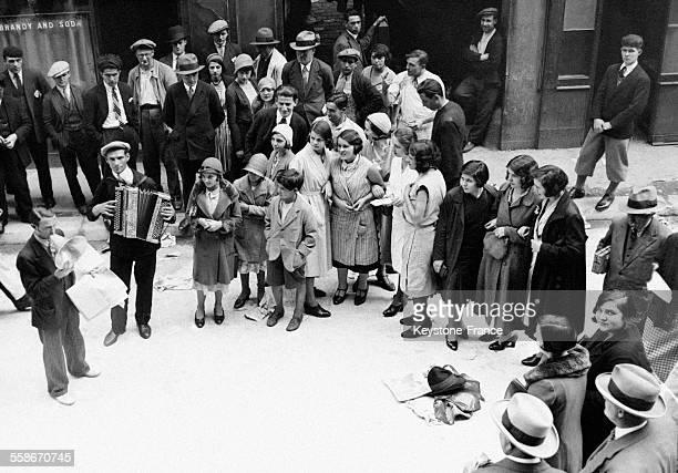 Un chanteur de rue devant son public en Angleterre RoyaumeUni en 1931