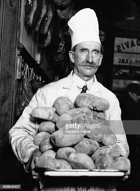 Un chef cuisinier photographié portant un plat de haggis prêt pour la fête de la SaintAndré à Londres RoyaumeUni le 28 novembre 1930