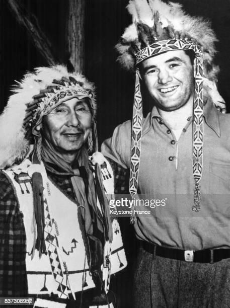 Un chef indien pose avec Jimmy Braddock lors d'une cérémonie rituell au cours de laquelle le boxeur a été nommé 'Chef Batailleur' le 24 avril 1937 à...