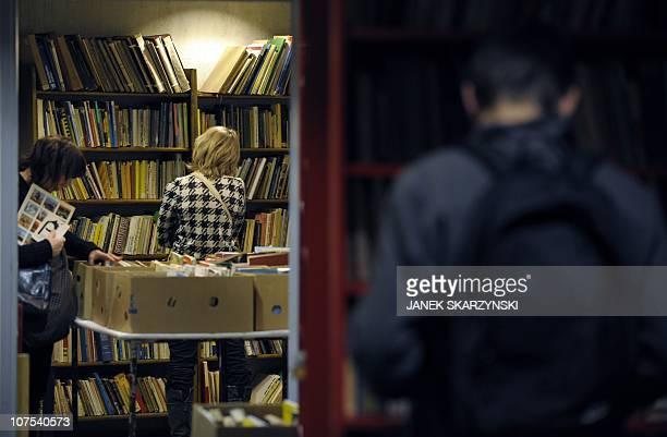 "Un ""Cimetière des livres oubliés"" pour les ressusciter à Varsovie:A visitor peruses books on December 8, 2010 on offer at Warsaw's ""Cemetery of..."