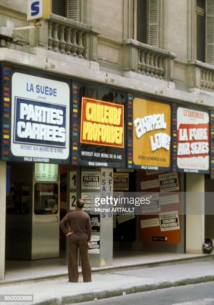 Un cinéma pornographique et les affiches des films projetés en 1975 à Paris France