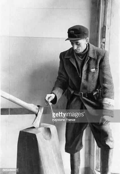 Un citoyen allemand de la ville de Weimar forcé de marcher à travers une exposition relatant l'horreur nazie pour témoigner des atrocités au camp de...