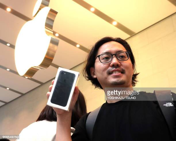 Un client avec son téléphone le nouvel 'Iphone 7 plus' qu'il vient d'acheté dans un Apple store le 16 septembre 2016 à Tokyo Japon