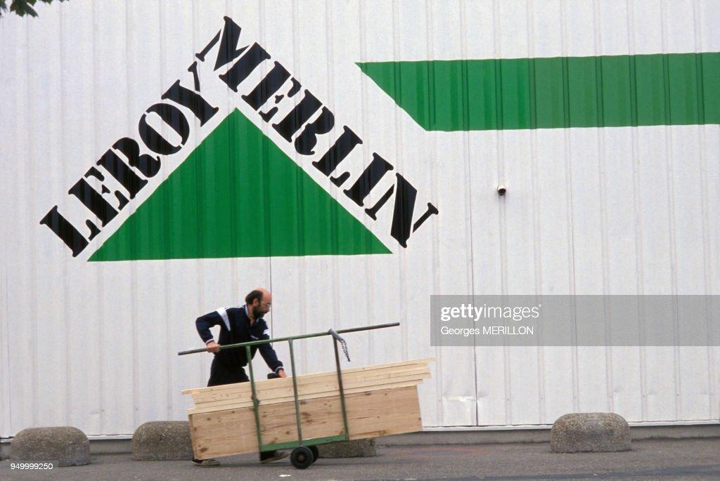Client devant un magasin Leroy-Merlin Pictures   Getty Images