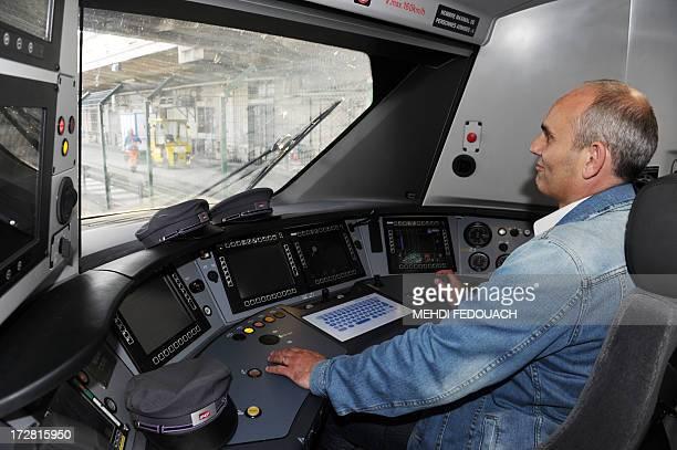 Un conducteur pose dans la cabine de pilotage de la première rame des nouveaux trains express régionaux réalisés par Alstom baptisés Régiolis le 4...