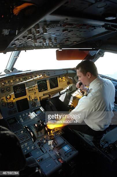 Un copilote effectue des vérifications dans la cabine d'un A320 le 12 janvier 2006 sur le tarmac de l'aéroport d'Ajaccio quelques minutes avant le...