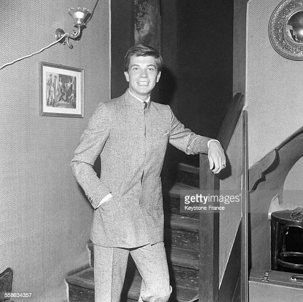 Un costume de l'homme du XXIe siècle avec une veste chinoise du couturier Gilbert Feruch à Paris France le 30 septembre 1965