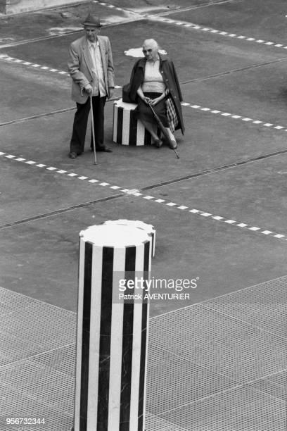 Un couple de personnes agées aux colonnes de Buren à Paris le 9 aout 1986 France