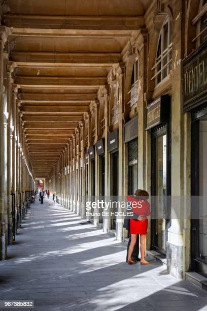 Un couple regardant les vitrines des boutiques du Palais Royal 14 septembre 2016 à Paris France