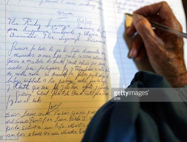 Un creyente escribe su deseo de mejora en la salud del sumo pontifice Juan Pablo II en la Catedral de Buenos Aires Argentina el 01 de abril de 2005...