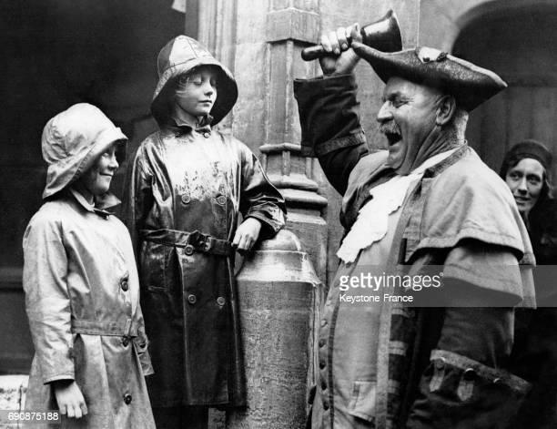 Un crieur de rue s'entraîne au championnat devant des enfants dans les rues de Lyme Regis RoyaumeUni le 21 août 1931