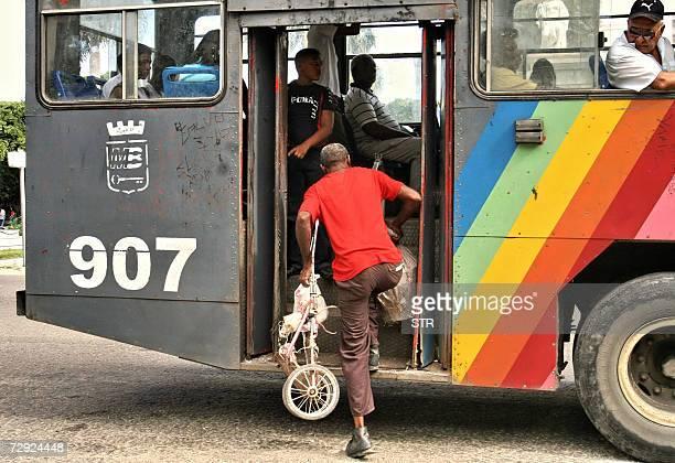 Un cubano aborda un 'camello' autobus inventado en Cuba en los anos 90 para sortear una crisis de transporte llamado asi por su forma irregular el 04...