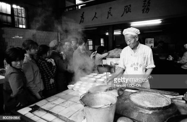 Un cuisinier prépare ses plats devant les clients en décembre 1977 à Canton Chine