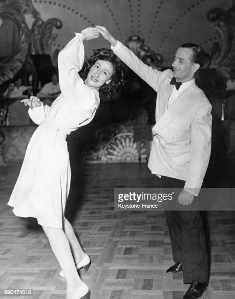Un danseur fait tourner sa partenaire