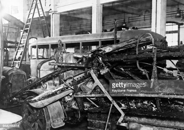 Un des autobus détruit par l'explosion d'une bombe posée par les anarchistes catalans à Barcelone Espagne en janvier 1934