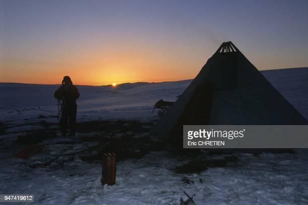 Un des derniers coucher de soleil sur un bivouac lors de la grande migration des rennes au printemps A partir du 22 mai le soleil ne se couchera plus...