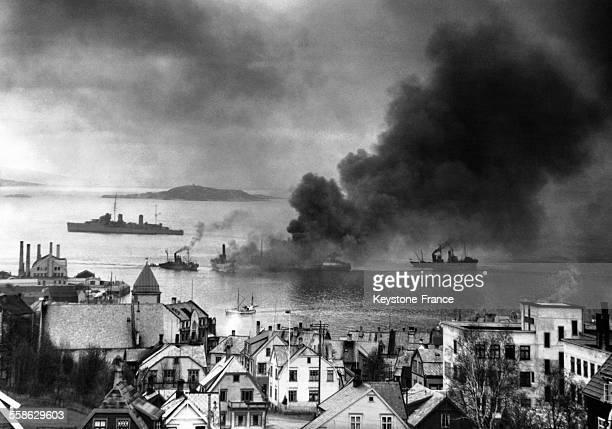 Un destroyer britannique tirant sur un prétrolier en feu après un raid aérien nazi pour le couler et éviter qu'il embrase d'autres navires dans un...
