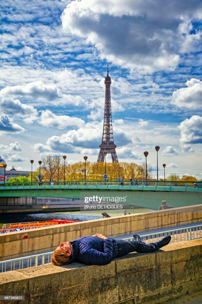Un Dormeur Devant Le Pont De L Alma Et La Tour Eiffel A