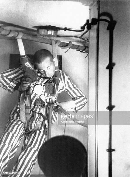 Un déporté lors d'une expérience de la chambre à basse pression et bac d'eau glassée circa 1940 Dachau Allemagne Photo tirée de films trouvés chez le...