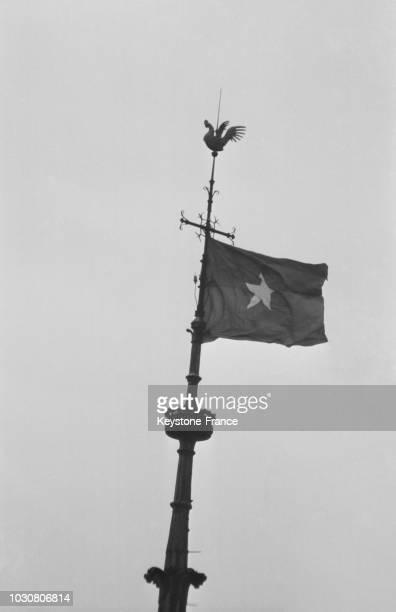 Un drapeau du Front National de Libération du Sud Vietnam a été accroché sur la flèche centrale de NotreDame dans la nuit du 18 au 19 janvier 1969 de...