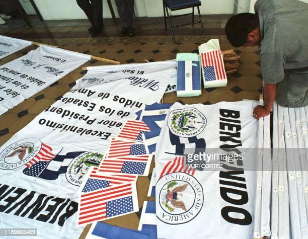 Un empleado de Casa Presidencial trabaja 02 de Marzo preparando pancartas que dan la bienvenida al presidente de Estados Unidos Bill Clinton como...