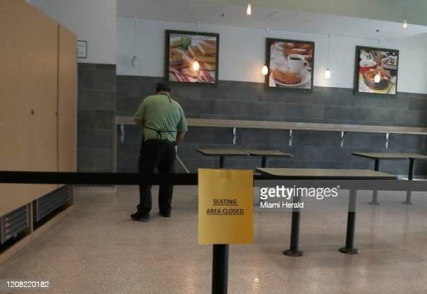 Un empleado de Publix limpia el espacio dedicado a servir café el 18 de marzo en Miami El cierre de muchos negocios de comida y de servicios como...