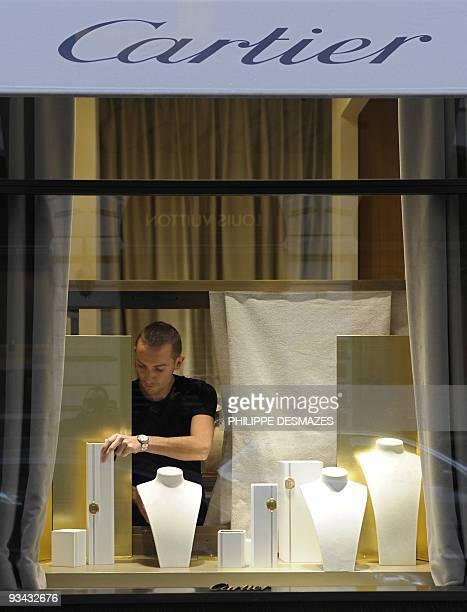 Un employé range les présentoirs vides d'une bijouterie Cartier, le 26 novembre 2009 à Lyon, après que quatre hommes armés et cagoulés ont braqué...