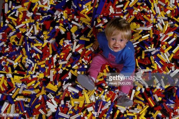 Un enfant assis sur des milliers de briques de Lego au championnat du monde le 28 aout 1988 a Billund Danemark