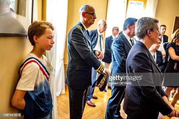 Un enfant porte une écharpe tricolore lors de la visite de la secrétaire d'état auprès du ministre des armées Geneviève Darrieussecq au mémorial de...