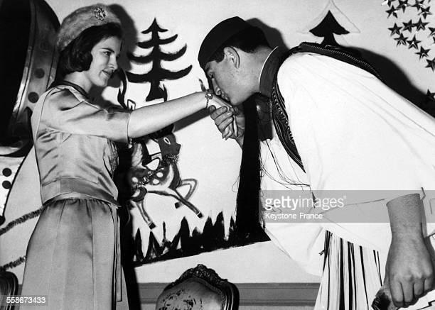 Un 'Evzone' presentant ses voeux a la jeune reine AnneMarie de Grece en Grece le 4 janvier 1965