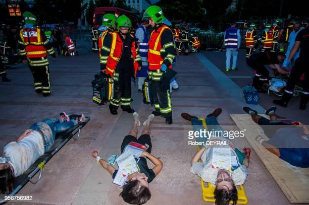 Un exercice de sécurité grandeur nature a été organisé dans la fanzone de la place Bellecour pour tester lorganisation de la sécurité et des secours...