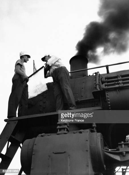 Un formateur apprenant à un jeune cheminot la signification des couleurs de drapeaux servant à communiquer le 25 juin 1944 à Carbondale Illinois...