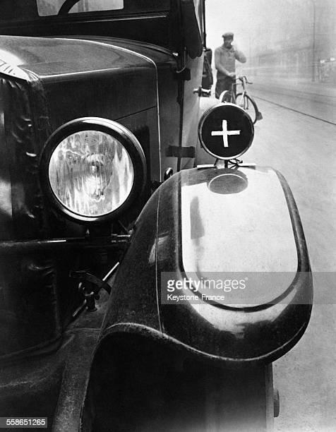 Un gardeboue d'automobile muni de la nouvelle lampesignal utilisée par les médecins pour signaler leur véhicule circa 1930 à Berlin Allemagne