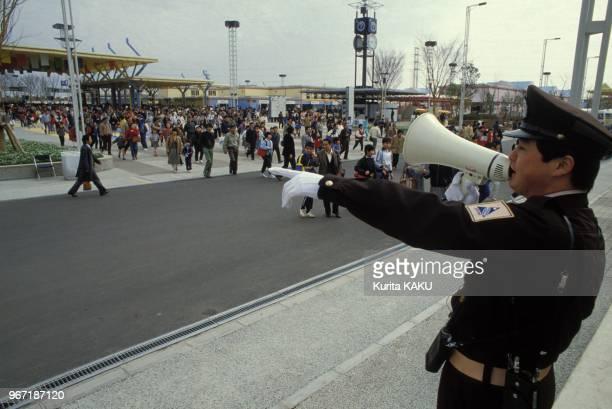 Un gardien utilisant un portevoix a l'exposition internationale le 24 mars 1985 a Tsukuba Japon