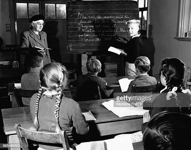 Un garçon allemand écrit au tableau dans une classe anglaise au RoyaumeUni