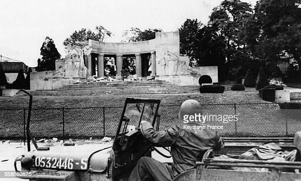 Un GI s'arrête pour regarder le Mémorial de la Première guerre mondiale en 1944 à Reims France