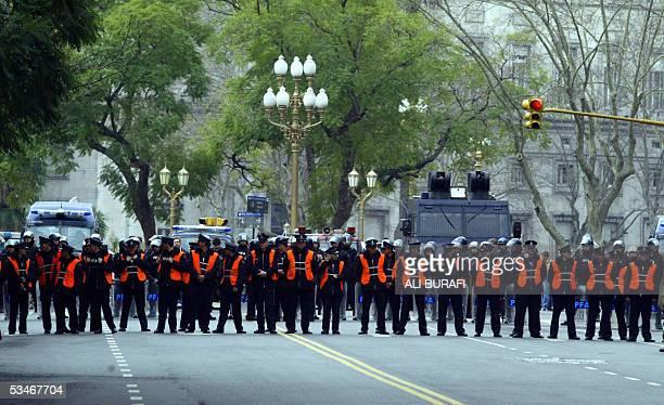 Un gran operativo policial corta una importante avenida de Buenos Aires cuando agrupaciones de piqueteros marchan en reclamo de mejoras sociales el...