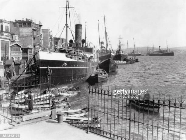 Un gros bateau à vapeur entouré de barques de pêcheurs sur les rives du Bosphore à Constantinople Turquie circa 1920