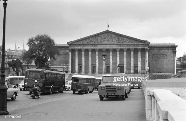 Un groupe de cars de CRS et de gardes mobiles autour de l'Assemblée nationale à Paris, France, le 18 mai 1968.
