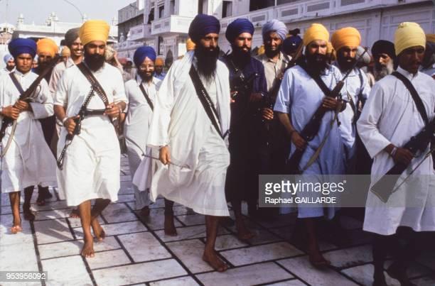 Un groupe de sikhs émeutes de sikhs au Temple d'Or en juin 1984, Inde.