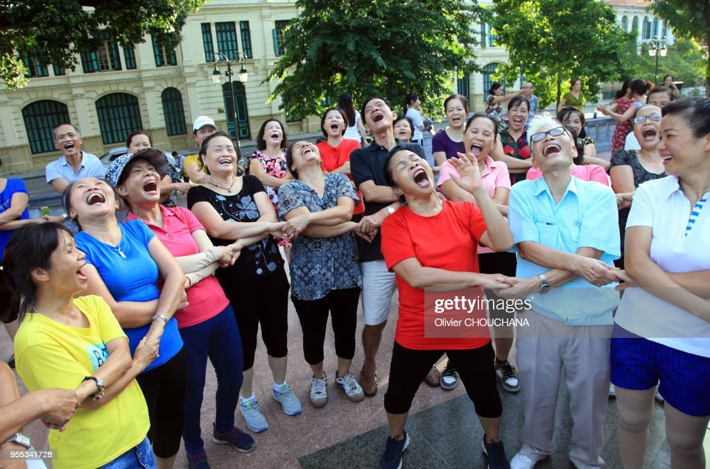 Un Groupe De Vietnamiens Pratiquent Le Yoga Du Rire A L Aube Dans Le News Photo Getty Images