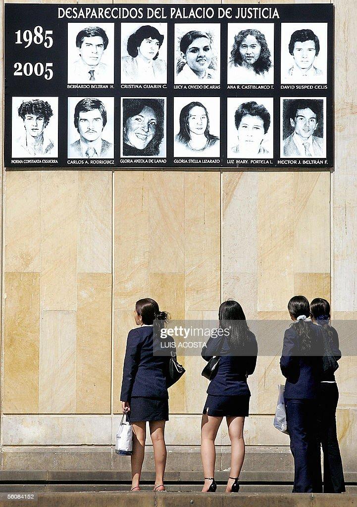 Un grupo de mujeres observa las fotograf : News Photo