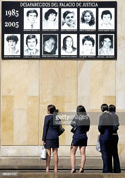 Un grupo de mujeres observa las fotografias de las personas desaparecidas en el Palacio de Justicia en Bogota el 4 de noviembre de 2005 Las fotos...