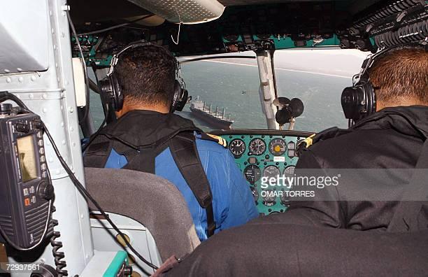 Un helicoptero de la marina maxicana patrulla sobre el mar frente a la costa de la ciudad de Ensenada en el estado de Baja California fronterizo con...