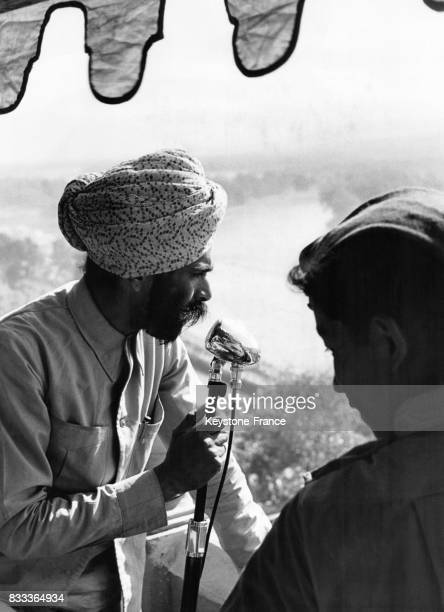 Un Hindou au micro lance le début des festivités à Haridwar Inde en 1957