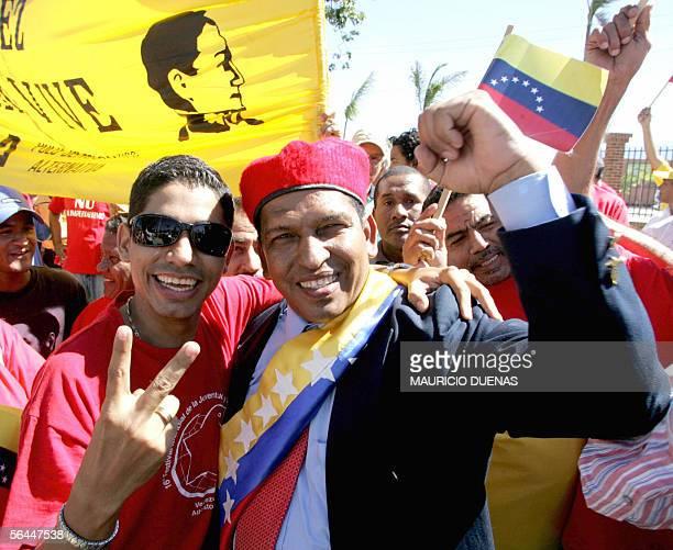 Un hombre disfrazado como el presidente de Venezuela Hugo Chavez , celebra su visita de Estado a Colombia en la Quinta de San Pedro Alejandrino,...