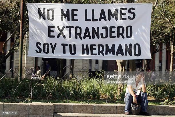 Un hombre observa el via crucis del emigrante en Ciudad de Guatemala, el 31 de marzo de 2006. El via crucis que recorre el centro historico de la...